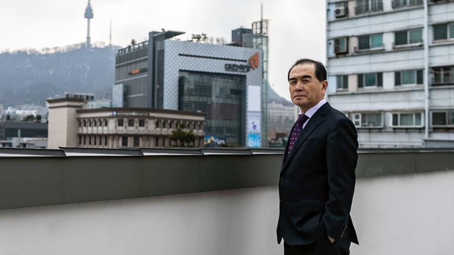 Thae Yong-ho, um ex-diplomata norte-coreano que desertou para a Coreia do Sul em 2016, é fotografado em Seul - Jeenah Moon/The New York Times
