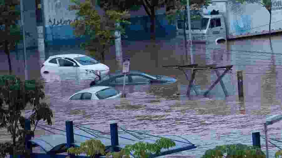 11.mar.2019 - Carros ficara encobertos pela água na av. Presidente Wilson, zona leste de São Paulo, por causa das fortes chuvas que atingiram a cidade durante à noite - Bruno Rocha/Fotoarena/Estadão Conteúdo