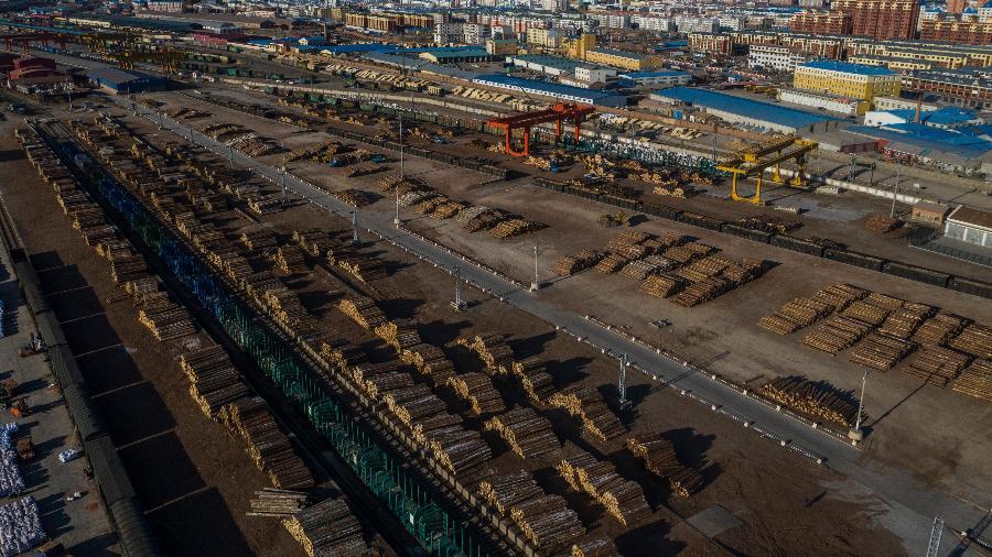 Madeira armazenada perto de uma estação de trem em Manzhouli, China - Lam Yik Fei/The New York Times