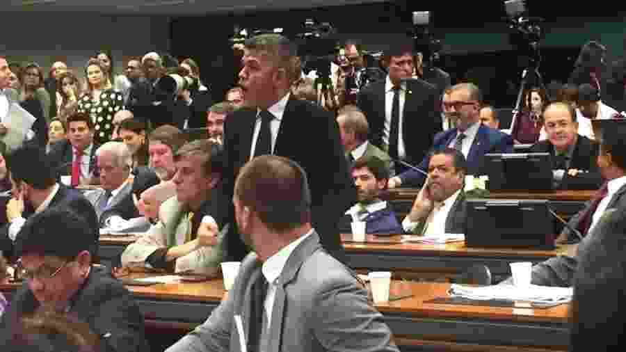 2.jul.2019 - Líder do PSL na Câmara, Delegado Waldir (PSL-GO), durante confusão durante fala do ministro Sergio Moro na Câmara dos Deputados - Tales Faria/UOL