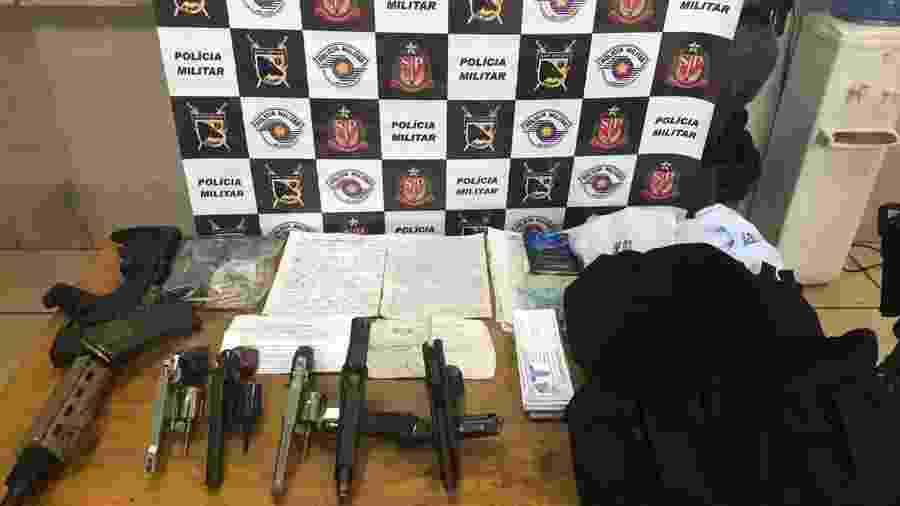 13.out.2019 - Armas e anotações apreendidos pela PM após ocorrência em São José do Rio Preto (SP) em que seis suspeitos foram mortos - Divulgação/Polícia Militar