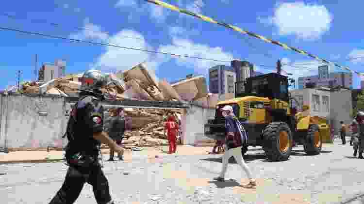 Bombeiros trabalham no local onde o prédio desabou; na imagem, é possível ver como ficou a fachada do edifício - Kleber Gonçalves/Futura Press/Folhapress