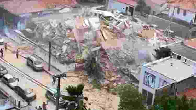 Ao desabar, prédio tombou para o lado direito; escombros atingiram a loja - Reprodução/Globonews