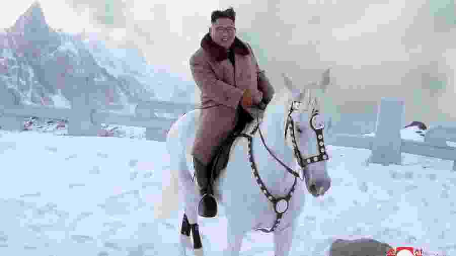 Líder norte-coreano, Kim Jong-un, passeia a cavalo na neve do Monte Paektu, montanha sangrada onde Kim costuma ir antes de uma decisão política - KCNA via Reuters