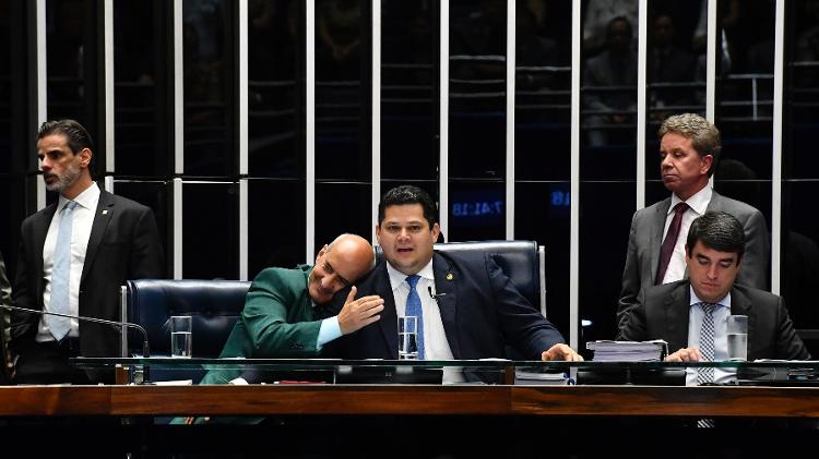 Ao centro, ministro da Secretaria de Governo, Luiz Eduardo Ramos, cumprimenta presidente do Senado - Jonas Pereira/Agência Senado