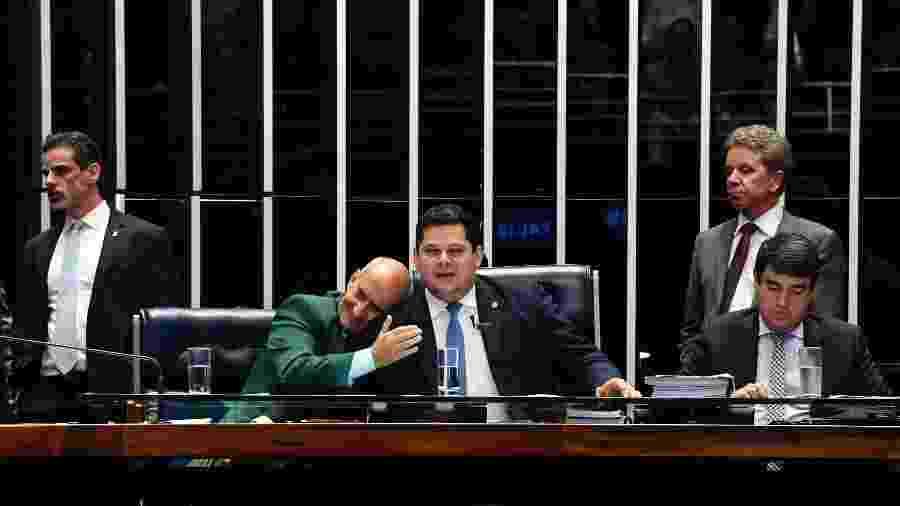 Ao centro, ministro-chefe da Secretaria de Governo, Luiz Eduardo Ramos, cumprimenta o presidente do Senado, Davi Alcolumbre (DEM-AP) - Jonas Pereira/Agência Senado