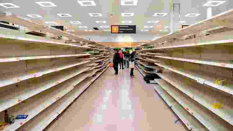 Prateleiras vazias em um supermercado em Londres, Reino Unido - FACUNDO ARRIZABALAGA/EFE - FACUNDO ARRIZABALAGA/EFE
