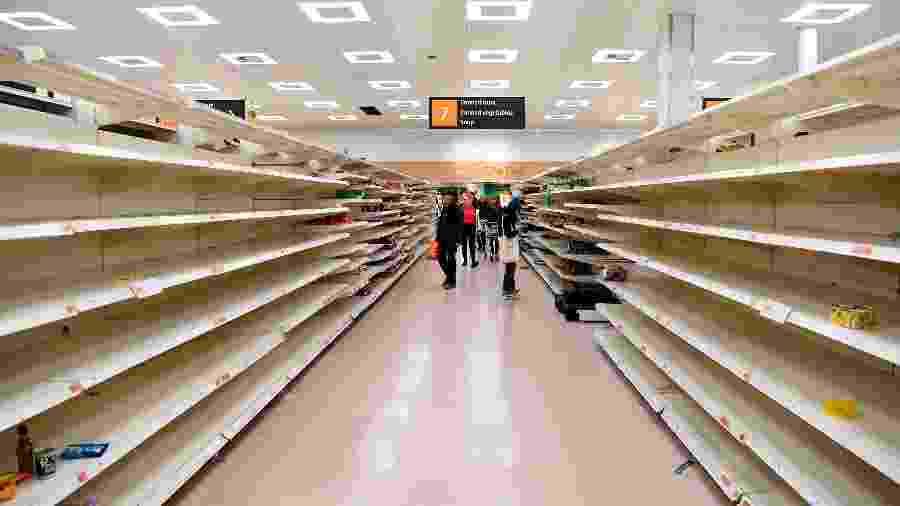 19.mar.2020 - Prateleiras vazias em um supermercado em Londres - FACUNDO ARRIZABALAGA/EFE