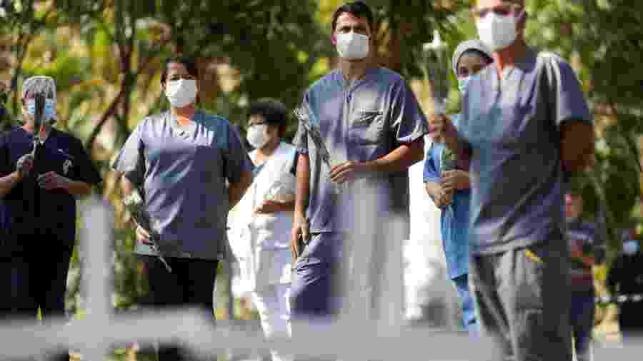 Profissionais de saúde homenageiam a enfermeira Maria dos Santos, vítima da covid-19, em frente a hospital de São Paulo - Amanda Perobelli/Reuters