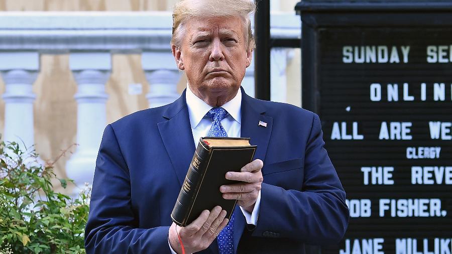 1º.jun.2020 - O presidente dos EUA, Donald Trump, posa com uma Bíblia em frente à Igreja Episcopal de St. John, em Washington - Brendan Smialowski/AFP