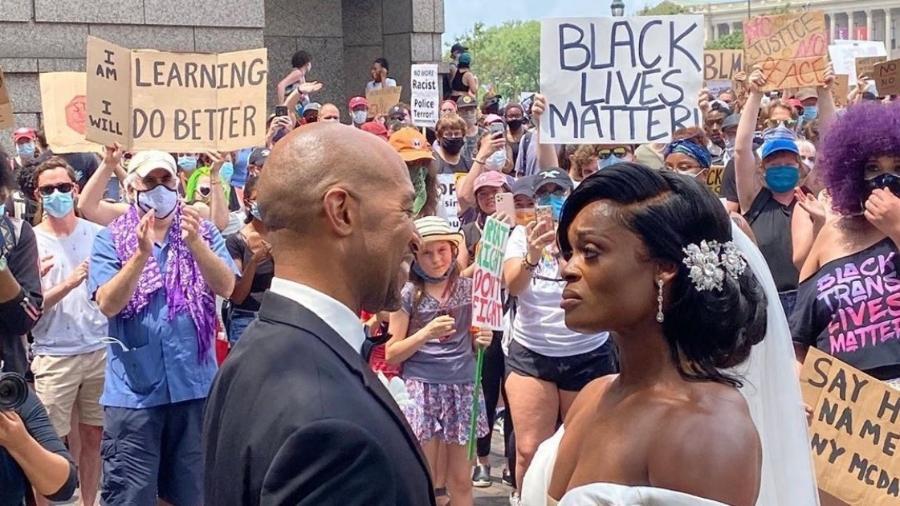 Michael Gordon e Kerry Anne celebraram casamento na manifestação - Reprodução/Twitter