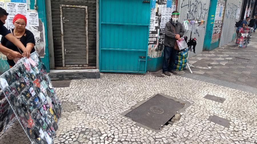 Ambulantes tentam emplacar suas máscaras na rua Barão de Itapetininga, região central de São Paulo - Alex Tajra/ UOL