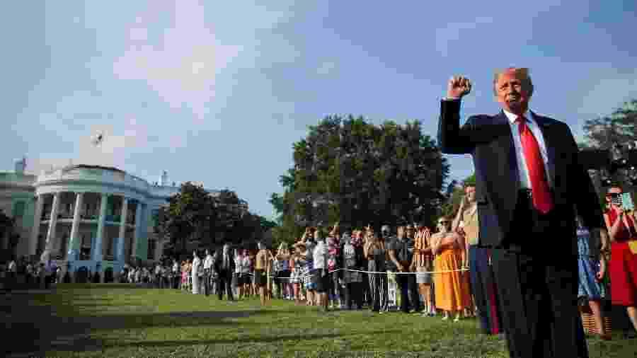 "4.jul.2020 - Donald Trump acena durante evento ""Salute to America"", na Casa Branca  - REUTERS/Carlos Barria"