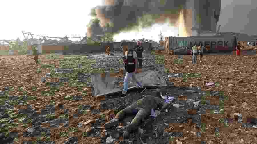 IMAGEM FORTE - Corpo de um homem é visto no local da explosão em Beirute, Líbano - 4 de agosto de 2020 - REUTERS/Mohamed Azakir