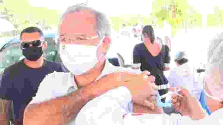 Paulo Guedes recebe a primeira dose de vacina contra covid-19 - Reprodução/TV Globo - Reprodução/TV Globo