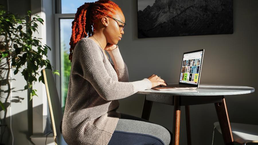Preparar um cômodo, escolher móveis adequados e caprichar na iluminação tornam o trabalho em casa mais agradável e produtivo. - Surface/Unsplash