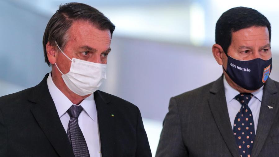 O presidente Jair Bolsonaro e o vice-presidente, Hamilton Mourão, durante Cerimônia de Sanção da Lei de Capitalização da Eletrobras no Planalto em Brasília (DF) - WALLACE MARTINS/FUTURA PRESS/ESTADÃO CONTEÚDO