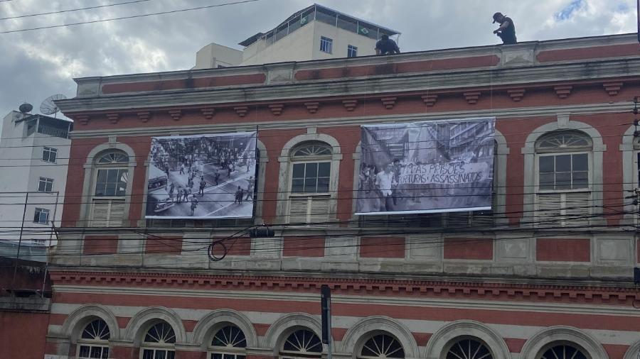 """Painéis fotográficos da exposição """"Democracia em Disputa"""" na fachada do Centro Cultural Bernardo Mascarenhas, em Juiz de Fora (MG) - Divulgação"""