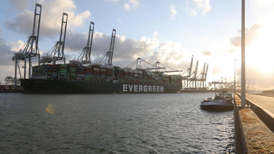 O navio Ever Given chegou na quinta-feira (29) ao Porto de Roterdã, nos Países Baixos - REUTERS/Eva Plevier