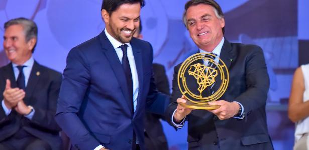 Família | Bolsonaro, Michelle e Flávio recebem prêmio do próprio governo