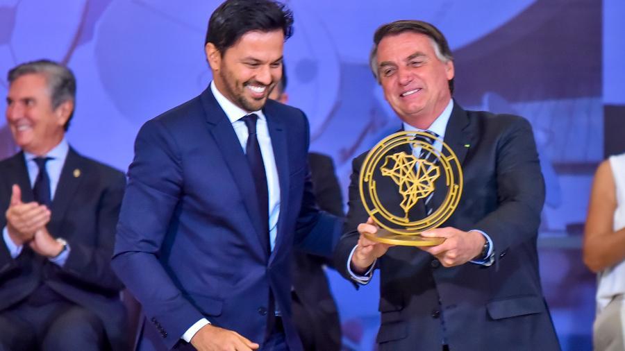 O presidente Jair Bolsonaro recebe o prêmio Marechal Rondon das mãos do ministro das Comunicações Fábio Faria - Antônio Molina/Fotoarena/Estadão Conteúdo