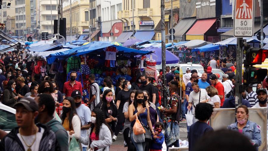 28.set.2021 - Movimentação intensa de consumidores nos arredores da rua 25 de março, em São Paulo, região tradicional de comércio popular - Cris Faga/Estadão Conteúdo