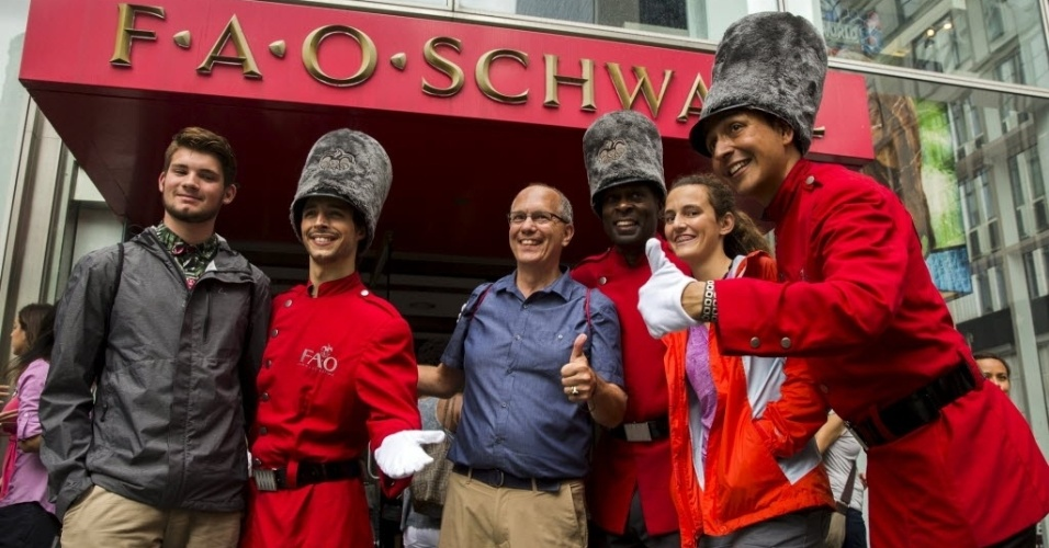 15.jul.2015 - Turistas posam para foto com funcionários da tradicional loja de brinquedos FAO Schwarz, que fica na Quinta avenida, em Nova York (EUA), nesta quarta-feira (15), no seu último dia de funcionamento. A FAO Schwarz já teve vários endereços na