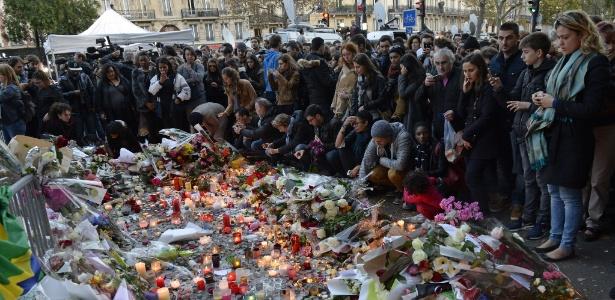 Pessoas homenageiam vítimas em memorial próximo ao Bataclan, em Paris, um dos locais atacados por terroristas - Miguel Medina/AFP Photo