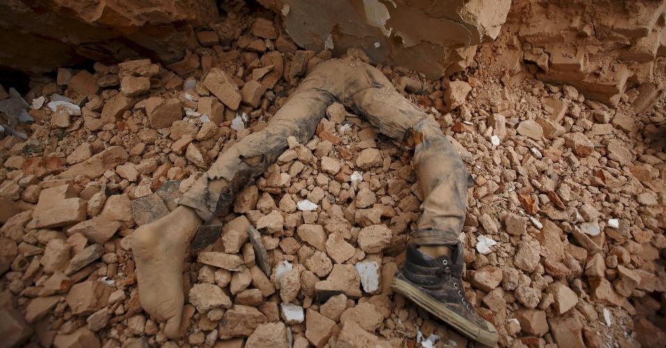 25.abr.2015 - Corpo de uma vítima encontrada presa nos escombros após um terremoto, em Kathmandu, no Nepal