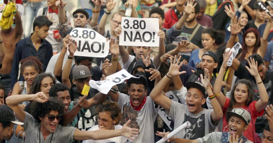 21.jan.2016 - Jovens erguem cartazes durante concentração para a quinta manifestação convocada pelo MPL (Movimento Passe Livre) contra o aumento das passagens de ônibus e metrô da capital paulista. Eles se concentram no Terminal Parque Dom Pedro 2º, no centro de São Paulo