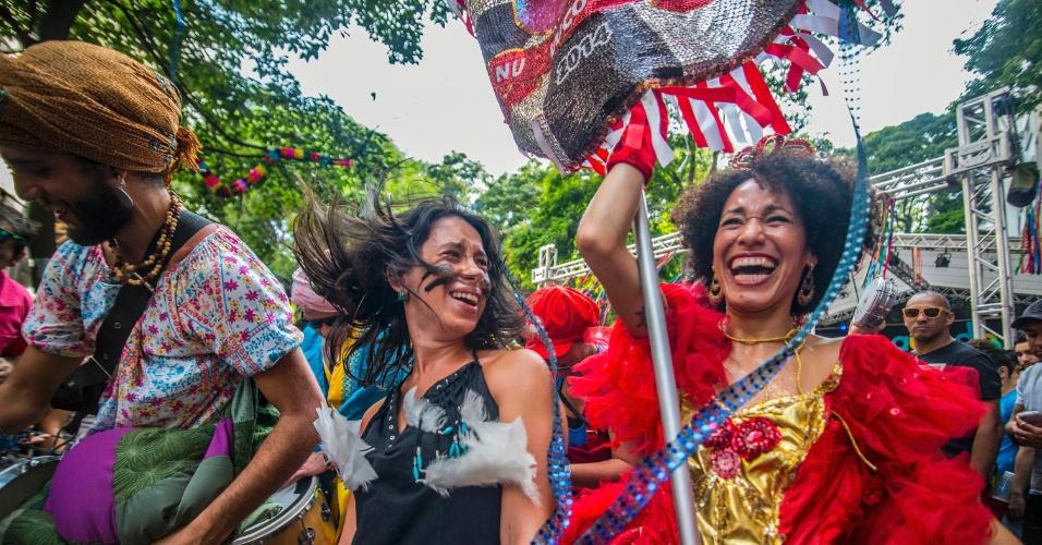 23.jan.2016 - A praça Dom José Gaspar, no centro de São Paulo, foi tomada por confetes, espuma, glitter e flores durante o desfile do bloco Agora Vai. Os foliões se divertiram ao som de marchinhas e até músicas internacionais