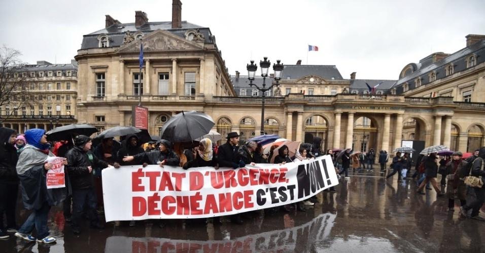 30.jan.2016 - Franceses protestam em Paris, neste sábado (30), contra a proposta do governo de prorrogar o estado de emergência por mais três meses. O estado de emergência foi decretado após os atentados terroristas na cidade, em novembro