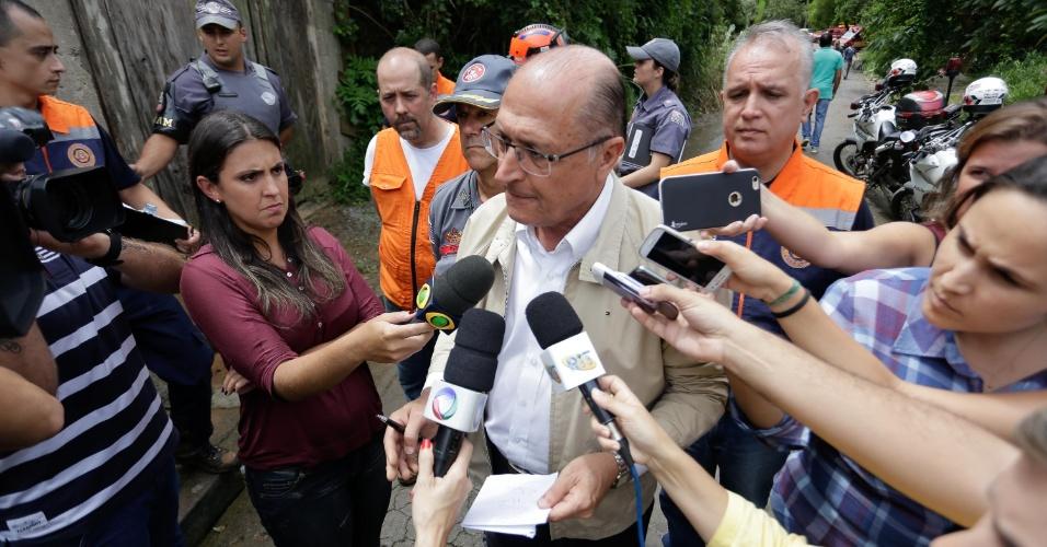 11.mar.2016 - O governador Geraldo Alckmin visita o local do deslizamento de terra que vitimou uma menina de 4 anos na rua da Primavera, no Parque Náutico, em Mairiporã (SP), na manhã desta sexta-feira (11). Várias casas foram atingidas. Os bombeiros permanecem no local à procura de outras pessoas