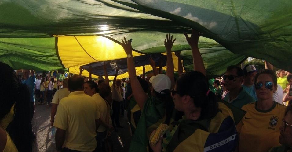 13.mar.2016 - Manifestantes protestam contra o governo Dilma Rousseff em Natal (RN). A imagem foi enviada pelo internauta Marcelo Jansen para o WhatsApp do UOL Notícias - (11) 95520 5752