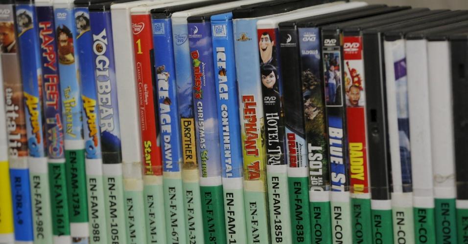 28.mar.2016 - DVDs ficam nas prateleiras disponíveis para serem emprestados a detentos dentro da biblioteca da Força Tarefa Conjunta, na base militar da baía de Guantánamo