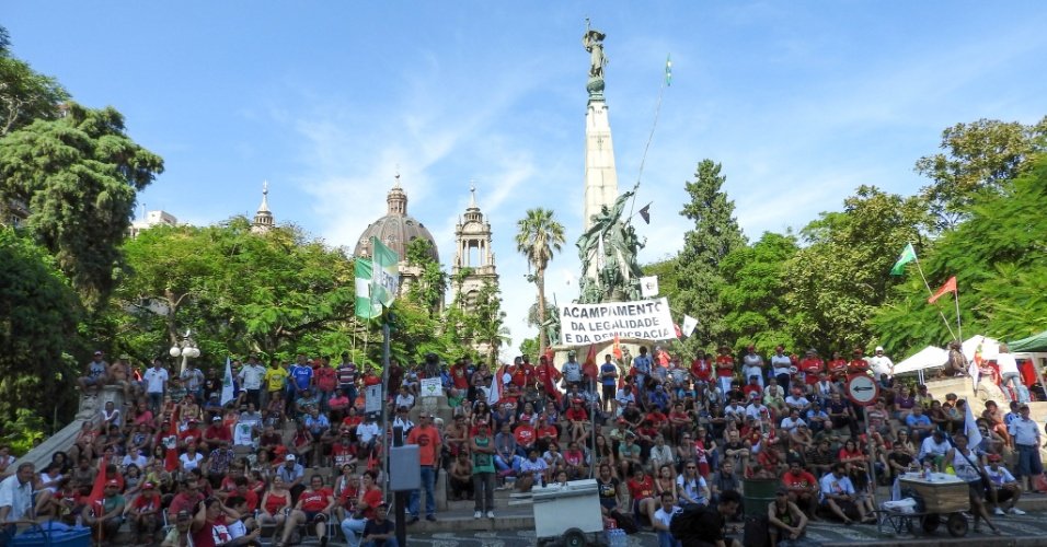 17.abr.2016 - Manifestantes contrários ao impeachment da presidente Dilma Rousseff mantêm-se em vigília na Praça da Matriz, no centro de Porto Alegre (RS)
