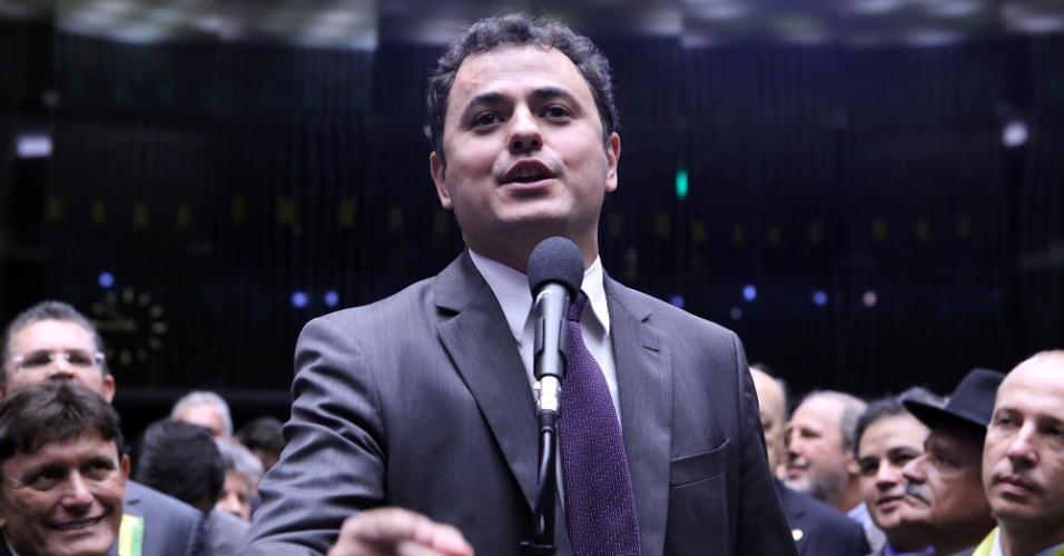"""17.abr.2016 - O deputado Glauber Braga (PSOL-RJ) chamou o presidente da Câmara, Eduardo Cunha (PMDB-RJ), de """"gangster"""" e disse que a cadeira de Cunha cheira a enxofre. Glauber foi contrário ao pedido de impeachment aberta pelo presidente da Câmara"""