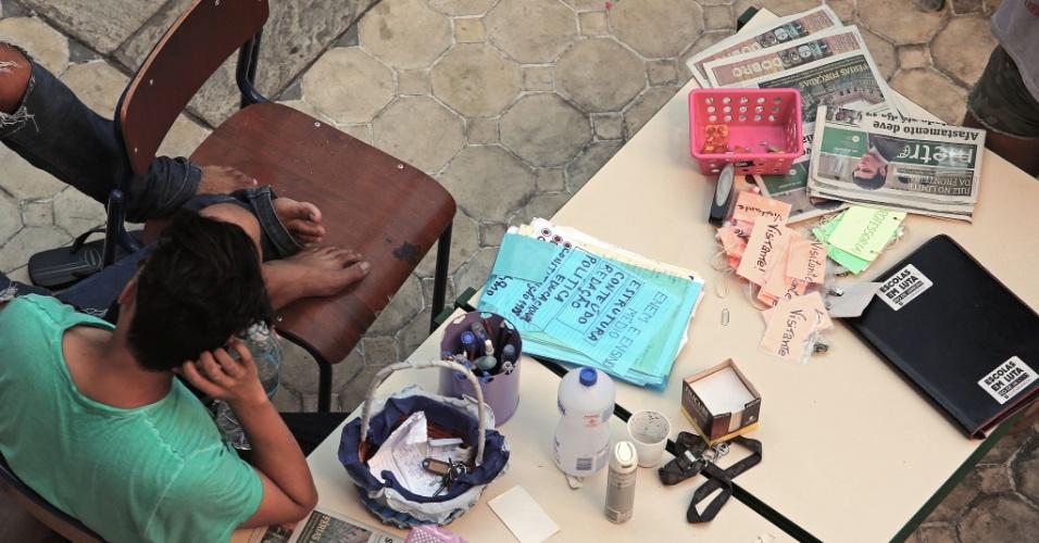 20.abr.2016 - Estudantes organizaram uma recepção improvisada na entrada do Colégio Estadual Amaro Cavalcanti, na zona sul do Rio. Os visitantes devem usar crachás para entrar na escola