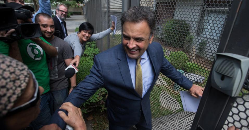28.abr.2016 - Moradores saúdam o senador Aécio Neves (PSDB-MG) na entrada do prédio onde o ex-presidente Fernando Henrique Cardozo vive, em São Paulo