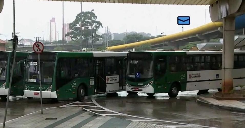 18.mai.2016 - Motoristas e cobradores de ônibus fecharam os terminais de ônibus de São Paulo, em uma paralisação por melhorias salariais. Alguns motoristas subiram aos ônibus minutos antes do horário oficial da paralisação (10h) avisando os passageiros que os coletivos não fariam o trajeto previsto. Os motoristas e cobradores pedem reposição da inflação e aumento real de 5%, além de PLR (Participação nos Lucros e Resultados) de R$ 2.000, convênio médico gratuito, seguro de vida e auxílio funeral