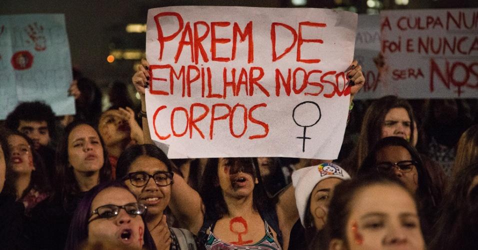 """8.jun.2016 - Mulheres fazem ato """"Por Todas Elas"""" contra a cultura do estupro na região central de São Paulo. O protesto é em apoio a jovem de 16 anos que foi estuprada no mês passado no Morro do Barão, comunidade do Rio de Janeiro. Segundo o Ministério da Saúde, em 2015, uma média de 49 mulheres foram atendidas por dia na rede pública e privada de saúde após serem vítimas de estupro. Destas, a maioria era criança ou adolescente"""