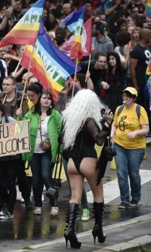 11.jun.2016 - Milhares de pessoas participam da 15º Parada do Orgulho Gay, em Estrasburgo, na França. Drag queens, ativistas de direitos civis, gays e casais heterossexuais atravessaram a cidade