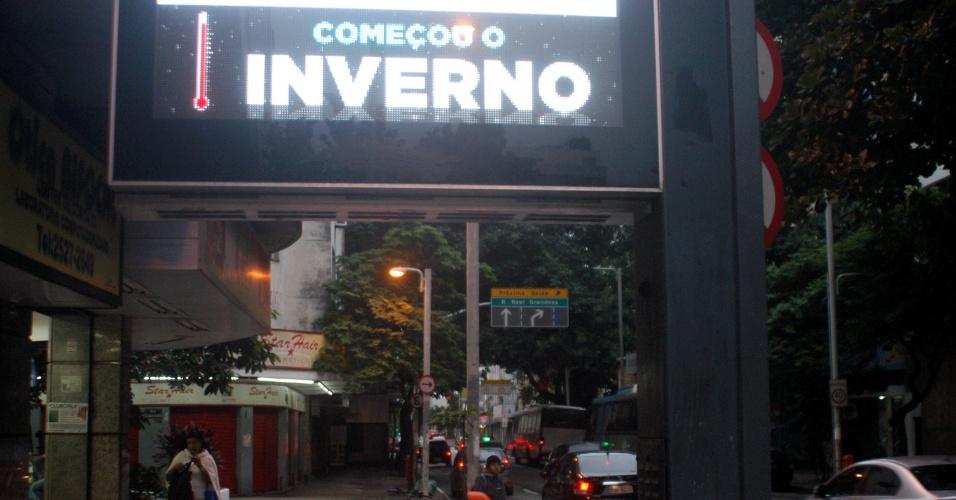 21.jun.2016 - Relógio de rua anuncia chegada do inverno no bairro do Botafogo, zona sul do Rio de Janeiro. O inverno começou oficialmente às 19h34 da segunda-feira. O Rio de Janeiro registra mínima de 15°C