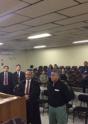 Marcos Aparecido dos Santos, o Bola, de camisa preta e calça verde, ouve a sentença no Tribunal de Justiça de Minas Gerais