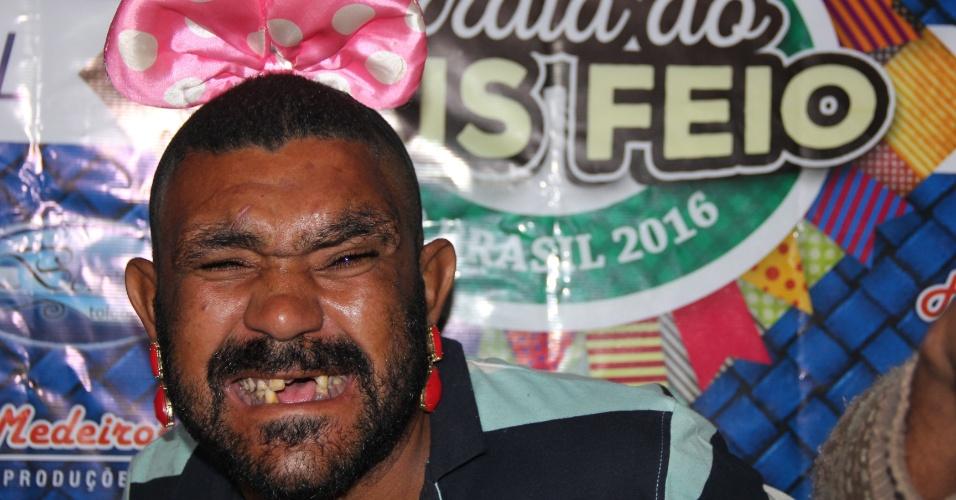 """O terceiro colocado da 10ª edição do concurso """"Homem mais feio do Brasil"""", Rodrigo Duque, 39, o ?Zumbi?, foi agraciado com uma pintura corporal feita com extintor de incêndio e mais R$ 50"""