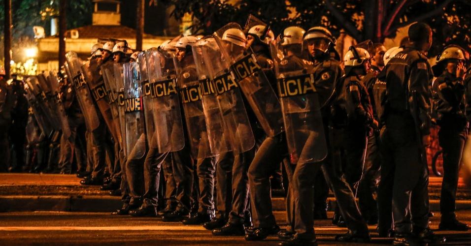 31.ago.2016 - Polícia bloqueia Avenida da Consolação durante protesto contra o impeachment da ex-presidente Dilma Rousseff. Dilma foi condenada nesta quarta-feira (31) pelo Senado no processo de impeachment por ter cometido crimes de responsabilidade na condução financeira do governo. O impeachment foi aprovado por 61 votos a favor e 20 contra