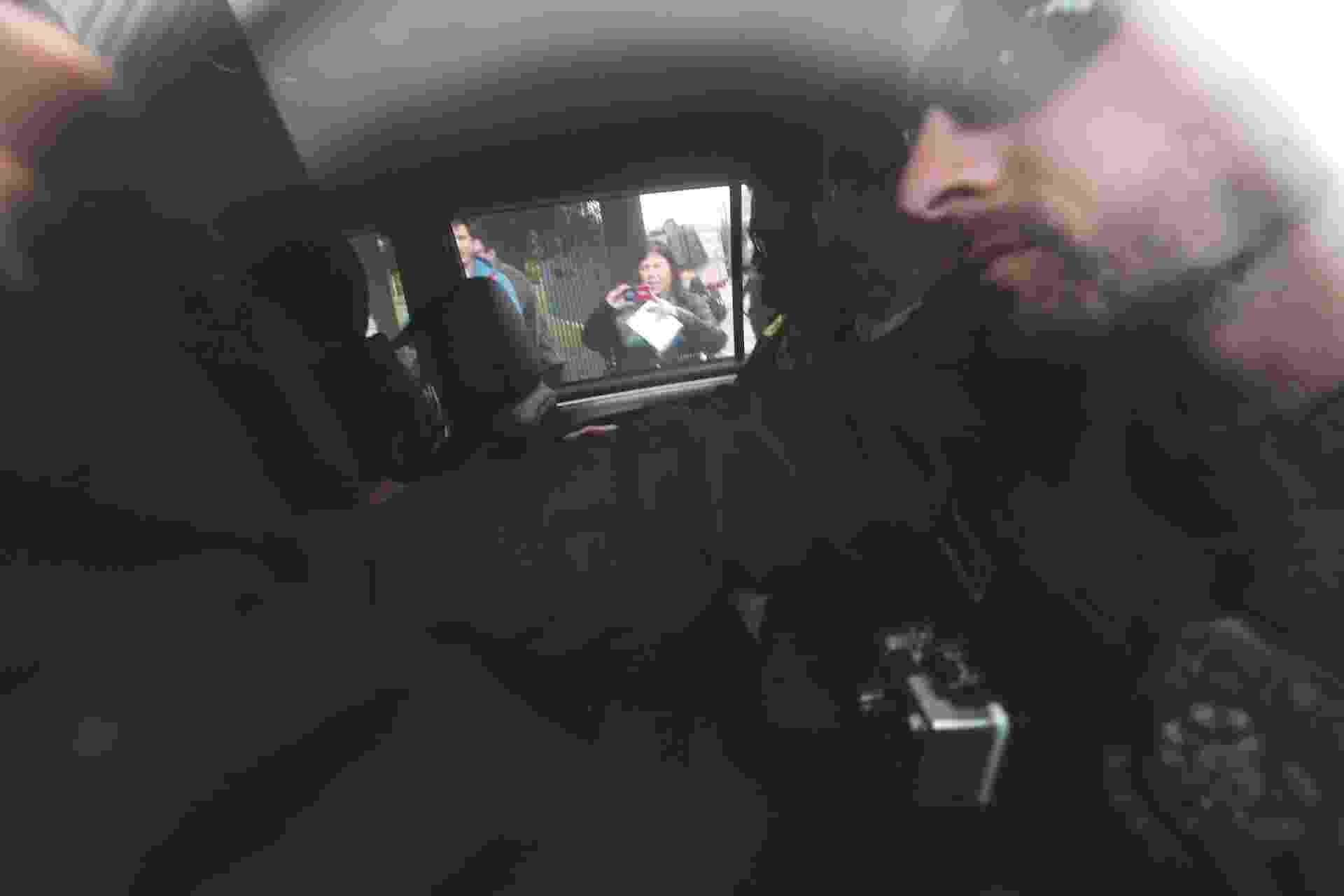 26.set.2016 - O ex-ministro da Casa Civil e da Fazenda Antonio Palocci (PT) (ao centro) foi preso temporariamente na 35ª fase da Operação Lava Jato, em São Paulo. A nova fase da operação, intitulada Omertà, investiga indícios de uma relação criminosa entre o ex-ministro e a empreiteira Odebrecht - Danilo Verpa/Folhapress