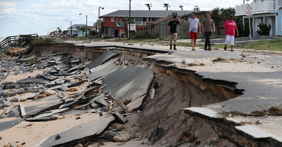 8.out.2016 - Ondas destruíram parte do asfalto em Flagler Beach, Flórida (EUA), durante passagem do furacão Matthew