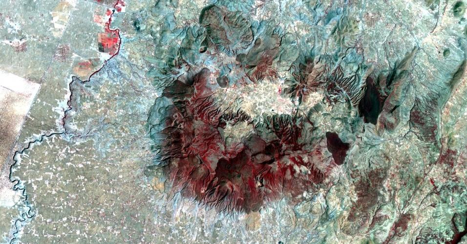 Imagem de satélite mostra o vulcão Aluto, que está localizado no vale da fenda etiópia - áreas escuras representam fluxo de lava