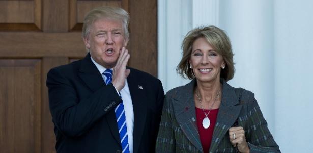 O presidente eleito dos EUA, Donald Trump, se encontra com Betsy DeVos, apontada como secretária da Educação, em Bedminster Township, Nova Jersey